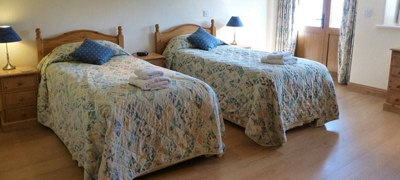 Photo of the twin bedroom at Bookham Court.