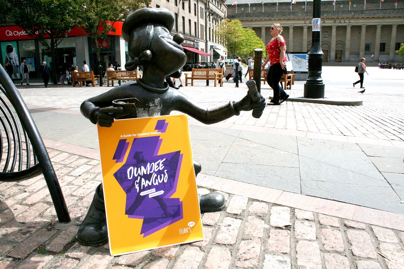 Photo of Mnnie the Minx statue with the Dundee guide.