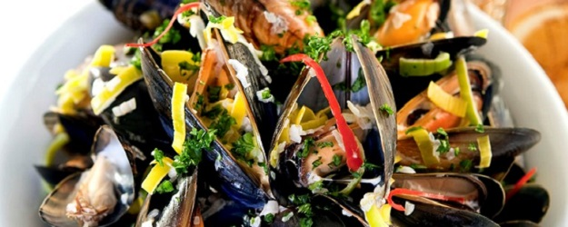 Photo of a plate of mussels.